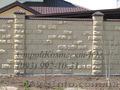 Забор из декоративных блоков гладких рваных цветных